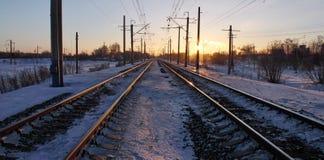 在日落光芒的铁路  库存图片