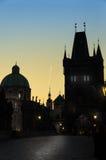 在日落光,剪影的布拉格尖顶 免版税库存图片