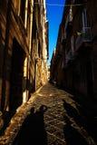 在日落光, Ortigia的狭窄的街道 免版税库存照片