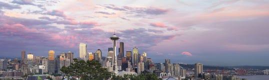 在日落全景的西雅图市街市地平线 免版税库存图片
