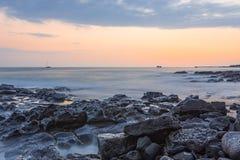 在日落凯卢阿小纳大岛夏威夷美国的海洋海浪 库存图片
