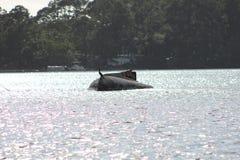 在日落凹下去的小船附近的墨西哥湾 库存照片
