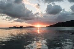 在日落前在湖 库存图片
