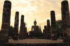 在日落前的历史菩萨雕象,北泰国 免版税库存照片