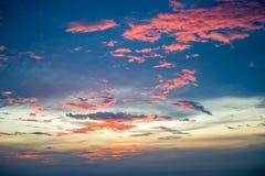 在日落前的晚上天空与红色蓝色和金树荫col混合了 库存图片
