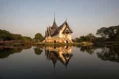在日落前的泰国寺庙 图库摄影