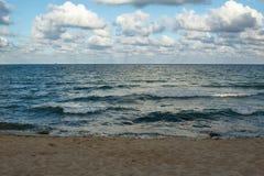 在日落前的海边视图 库存照片