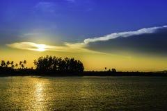 在日落前的海洋 免版税库存图片