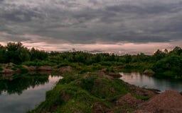 在日落前的湖在一个多云晚上 免版税库存照片