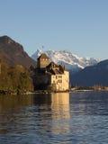 在日落前的Chillon城堡 免版税库存图片