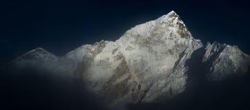 在日落前的Himalya山顶珠穆琅玛和Nuptse 免版税库存照片