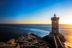 在日落前的Kermorvan灯塔在布里坦尼,法国 免版税图库摄影