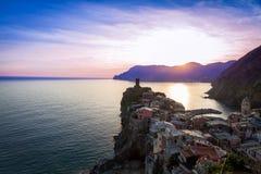 在日落前的Vernazza, Cinque Terre,意大利 图库摄影