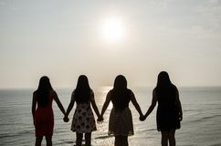 在日落前面的女孩 免版税库存图片