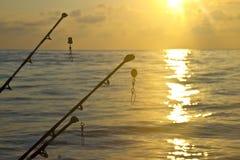 在日落前面的实心挑料铁杆 免版税库存照片