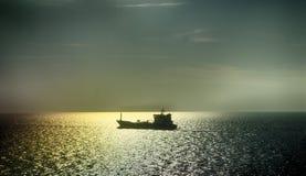 在日落前面的船舶wessel 库存照片