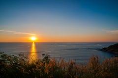 在日落前面的草地在Leam PromThep海角在普吉岛 免版税库存图片