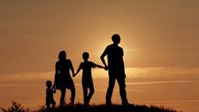 在日落剪影的愉快的家庭 股票录像