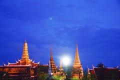 在日落和寺庙前 免版税图库摄影