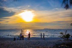 在日落和码头的沙滩排球 库存照片