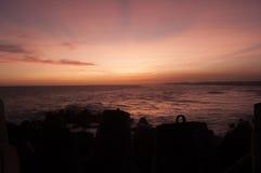 在日落和防堤Glagah海滩之间,日惹,印度尼西亚 免版税图库摄影