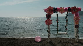 在日落在岸停留演出地与装饰和球的摇摆 股票视频