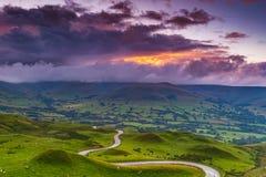 在日落在高峰区,德贝郡,英国的多云风景 图库摄影