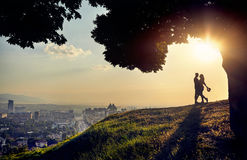 在日落城市视图的浪漫夫妇 免版税图库摄影