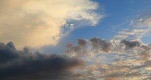 在日落天空上的定期流逝移动的云彩 影视素材