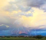 在日落天空的一个闪电舞蹈 库存照片
