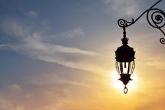 在日落天空的古色古香的街灯灯笼 免版税库存照片