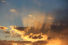 在日落天空的太阳的光芒 免版税库存照片