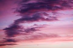 在日落天空的紫色和桃红色颜色 库存照片
