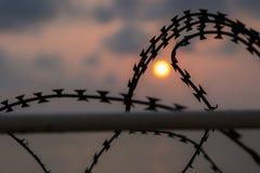 在日落天空被弄脏的背景的剃刀 免版税库存图片