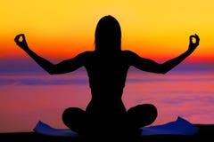 在日落女子瑜伽 免版税库存照片