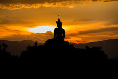 在日落孤立背景的菩萨雕象在泰国 库存照片