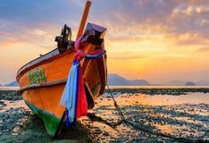 在日落安达曼海的老小船 库存照片