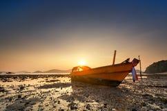 在日落安达曼海的老小船 免版税图库摄影