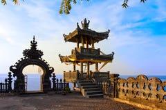 在日落寺庙的巴厘岛印度尼西亚海洋 图库摄影