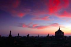 在日落寺庙的ananda缅甸 免版税库存照片