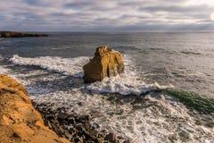 在日落峭壁的鸟岩石在圣地亚哥 库存照片