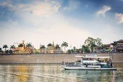 在日落巡航的游船在金边柬埔寨河 库存图片