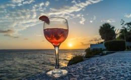 在日落库拉索岛景色的饮料 库存图片