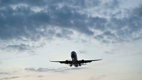 在日落或日出的平面飞行慢动作天花板 股票视频