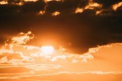 在日落日出天空Cloudscape的明亮的橙色和黄色温暖的颜色太阳 图库摄影