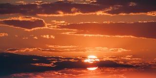 在日落日出天空Cloudscape的明亮的橙色和黄色温暖的颜色太阳 免版税库存图片