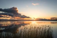 在日落日出期间的镇静湖 免版税库存图片