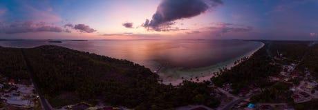 在日落日出的鸟瞰图热带海滩海岛礁石加勒比海剧烈的天空 印度尼西亚摩鹿加群岛群岛,Kei海岛, 库存照片