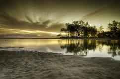 在日落日出水和秀丽的反射  沙子和温暖的环境 免版税图库摄影