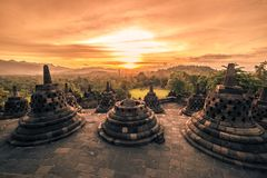 在日落日惹,Java,印度尼西亚的剧烈的日落婆罗浮屠寺庙 免版税库存照片